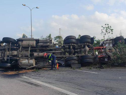 Xe container lật trên quốc lộ 1, dầu tràn ra đường