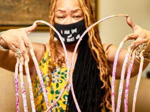 Người phụ nữ cắt bỏ bộ móng 29 năm, từng lập kỷ lục Guinness thế giới