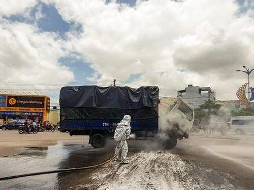 Xe tải chở dầu bất ngờ bốc cháy trên quốc lộ 1
