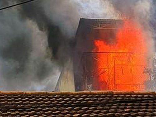 Cháy dữ dội bít cửa nhà, chạy lối nào cho an toàn?