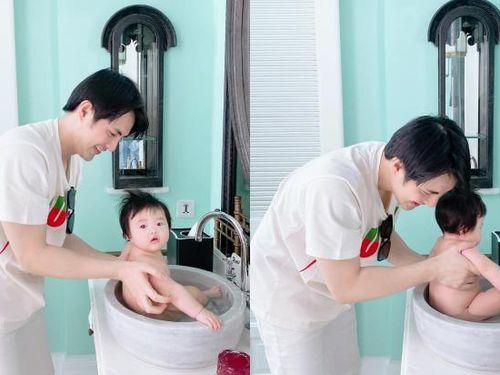 Đông Nhi vắng nhà, Ông Cao Thắng tắm con gái trong bồn rửa tay: Bé Winnie hoang mang tột độ!