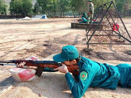 Kiểm tra bắn đạn thật cho dân quân năm nhất
