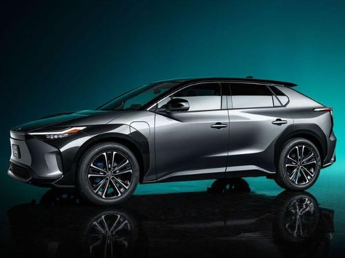 Toyota biến chiếc xe đẳng cấp chạy xăng thành xe điện