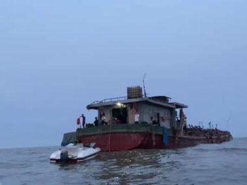 Nhiều tàu ngang nhiên khai thác cát trái phép ở vùng biển Hải Phòng