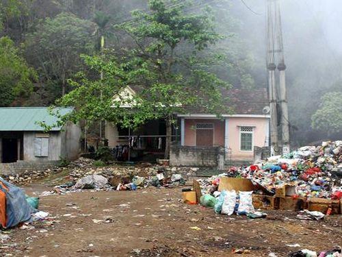 Người dân bất lực nhìn bãi rác cháy âm ỷ nửa tháng trời