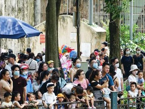 Nghỉ lễ giỗ Tổ, hàng nghìn người đổ về Công viên Thủ Lệ