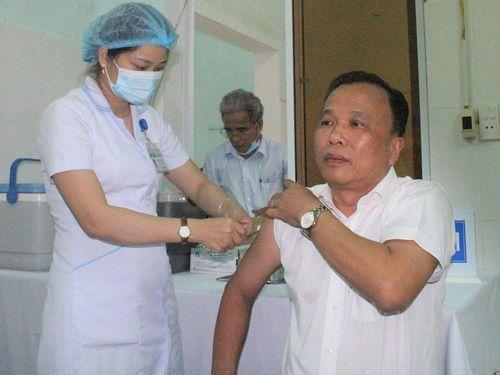 Quảng Nam bắt đầu tiêm vaccine COVID-19 cho tuyến đầu chống dịch