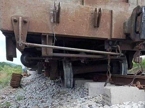 Tàu hàng trật bánh tại Bình Thuận, đường sắt Bắc - Nam tê liệt trong nhiều giờ