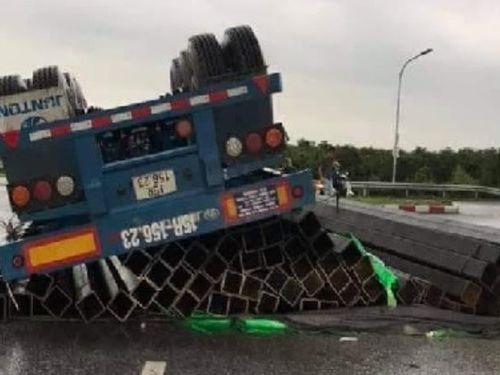 Tin giao thông đến sáng 27/4: Tài xế thoát nạn khi xe đầu kéo bị lật; xe khách va chạm với xe máy, 1 người tử vong