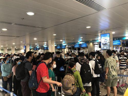Sân bay Tân Sơn Nhất đông nghẹt người trước ngày nghỉ lễ 30/4