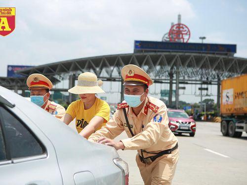 CSGT phân luồng, đẩy xe gặp sự cố trên cao tốc để tránh ùn tắc