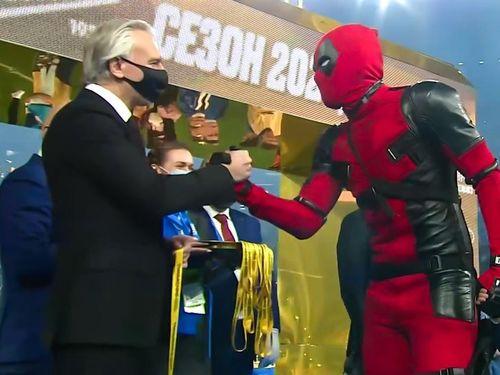 Đội trưởng Nga mặc đồ Deadpool khi nhận huy chương