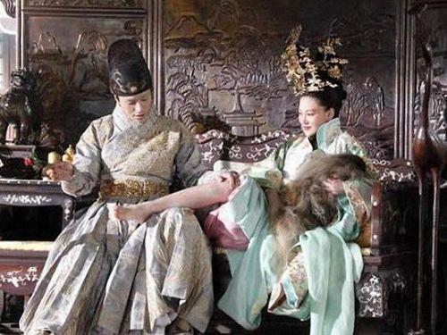 Vị hoàng hậu nổi tiếng thích 'hồng hạnh vượt tường' và vị vua đồng tính, tình nguyện dâng mỹ nam cho vợ