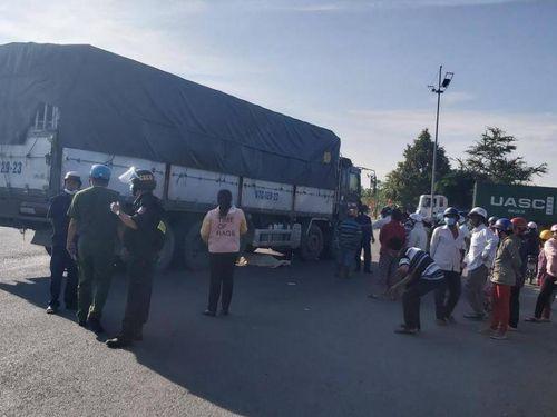 Hai người bị xe tải cuốn vào gầm tử vong trên đường đi khám bệnh