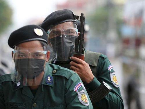 Đơn vị đặc biệt của Campuchia mang súng trường ra quân chống dịch
