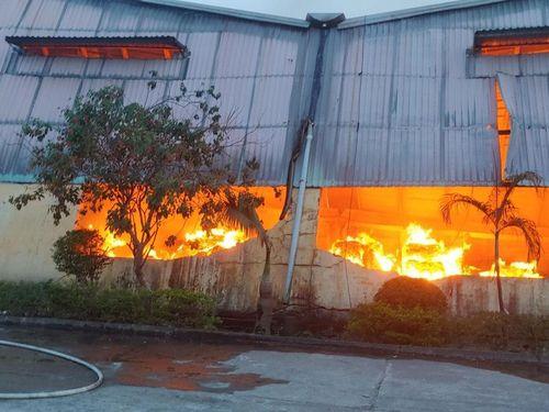 TT-Huế: Cháy lớn ở KCN Phú Bài, điều động hơn 10 xe chữa cháy dập lửa