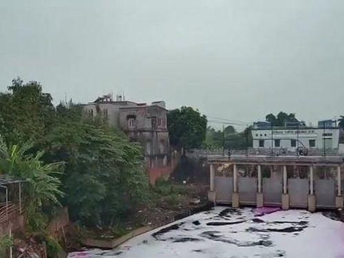 Nước hôi thối, sủi bọt hồng lại xả thẳng ra sông Cầu