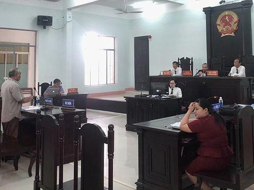 Ngừng phiên tòa kiện chủ tịch tỉnh vì không cung cấp thông tin