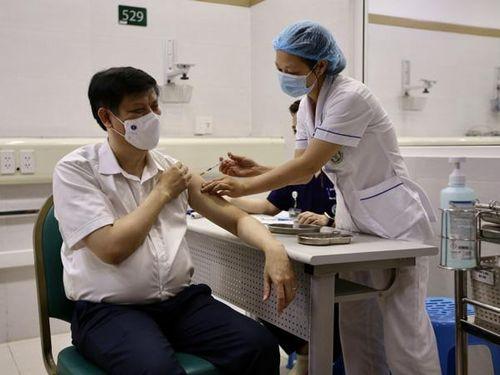Bộ trưởng Bộ Y tế Nguyễn Thanh Long tiêm vắc xin phòng Covid-19 của AstraZeneca