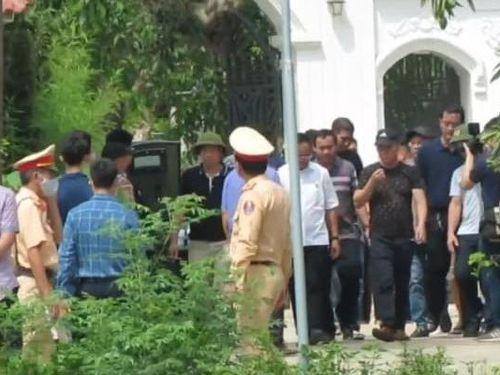 Vụ bắn 2 người tại Nghệ An: Rút súng quân dụng bắn gục hai người ngay tại cổng