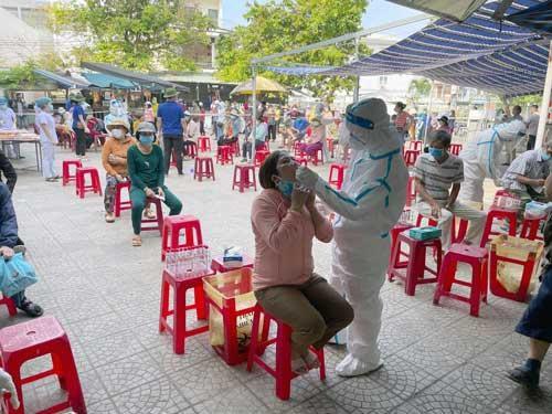 Đà Nẵng: Quán ăn không phục vụ tại chỗ, mở rộng xét nghiệm COVID-19 cho tiểu thương và tài xế
