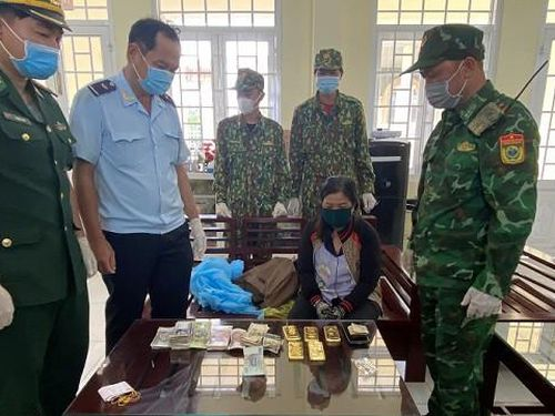 Phát hiện một phụ nữ vận chuyển vàng và ngoại tệ số lượng lớn vào Việt Nam