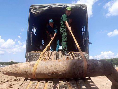 Bom nặng 232 kg còn kíp nổ dưới nền nhà văn hóa xã