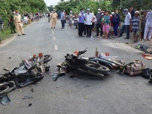 Hai xe máy đối đầu, 4 người thương vong