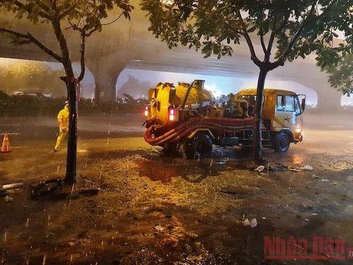 Hà Nội mưa lớn gây ngập nhiều tuyến đường