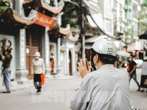Đền chùa Hà Nội đóng cửa, người dân vái vọng từ xa trong ngày mùng 1