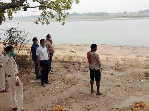 Ấn Độ báo động tình trạng thả trôi thi thể người bệnh trên sông Hằng