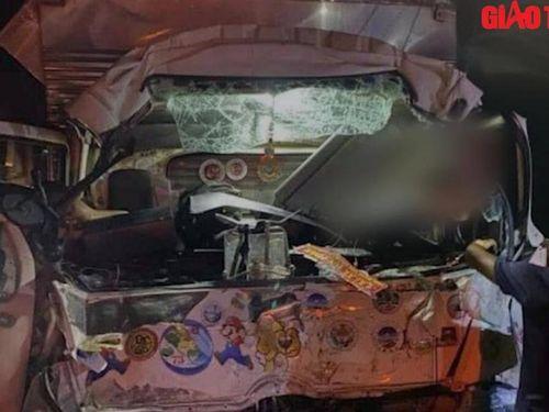 Video TNGT 12/5: Xe tải va chạm xe khách, người phụ nữ tử vong trong cabin