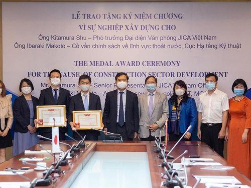 Bộ Xây dựng trao tặng Kỷ niệm chương cho 2 chuyên gia JICA tại Việt Nam