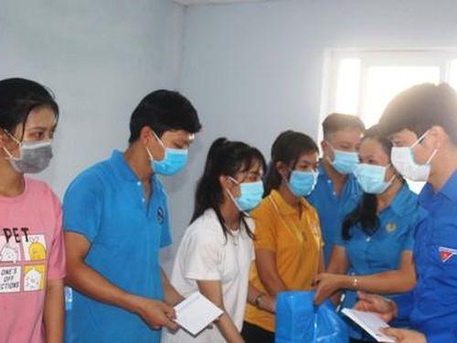 Trung ương Đoàn tặng quà cho công nhân hoàn cảnh khó khăn tại Trà Vinh