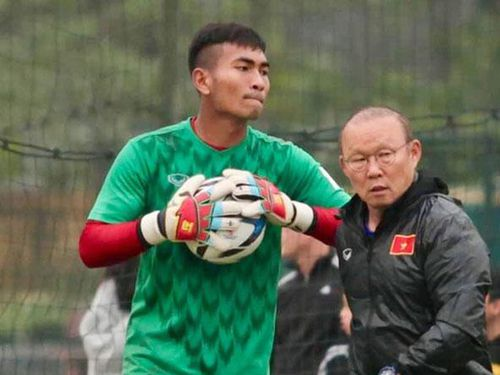 Thủ môn U22 Việt Nam gặp chấn thương