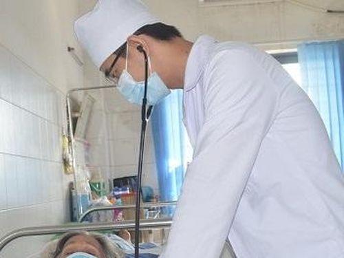Cứu sống cụ bà 78 tuổi ngừng tim trước viện
