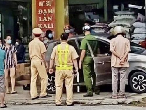 Tin giao thông đến sáng 18/5: Ô tô va vào cọc tiêu ven đường bốc cháy dữ dội; va chạm với xe ben, nam thanh niên ngã xuống đường tử vong