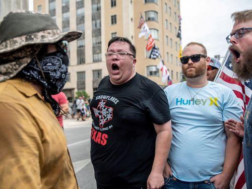 Những người đàn ông không đeo khẩu trang vì sợ thành kẻ yếu đuối