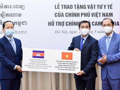 Việt Nam tặng vật tư, thiết bị y tế giúp Campuchia chống dịch Covid-19