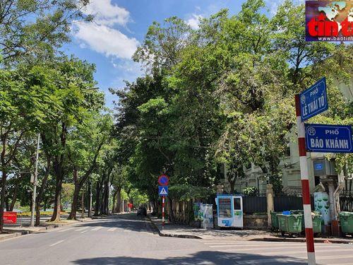Đường phố Hà Nội 'vắng lặng như tờ' trong nắng nóng hơn 40 độ C