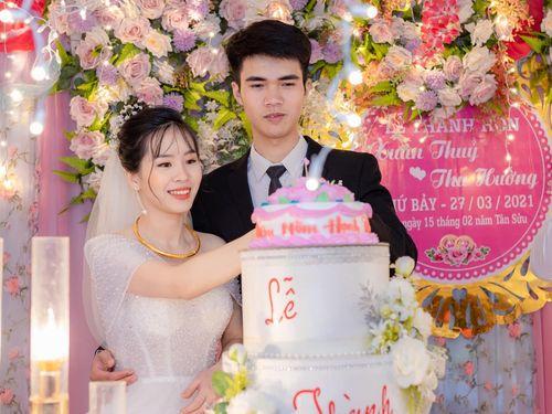 Chú rể Thái Nguyên bất ngờ hôn bụng cô dâu trong đám cưới