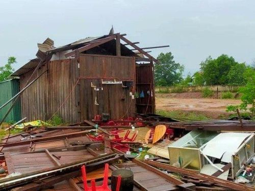 Mưa kéo dài kèm theo lốc xoáy, nhiều nhà dân bị tốc mái