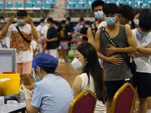 'Cây gậy và củ cà rốt' giúp Trung Quốc bứt tốc tiêm chủng COVID-19