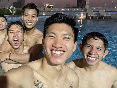 Văn Hậu cùng đồng đội thư giãn ở bể bơi