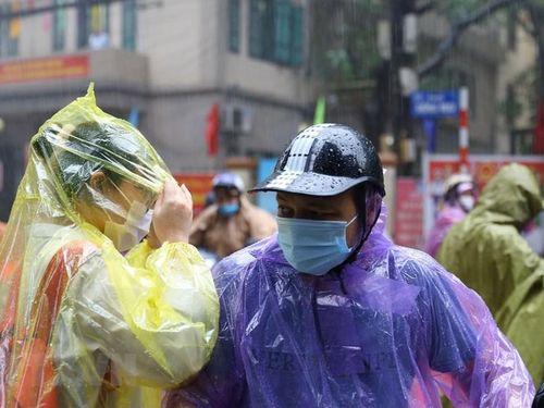 Tuyển sinh lớp 10 ở Hà Nội: Thí sinh 'đội mưa' đến điểm thi