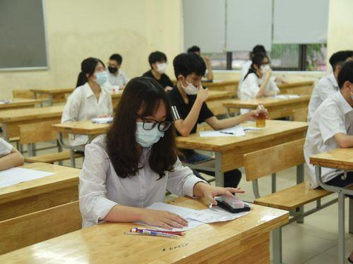 Thí sinh 'than' đề thi vào chuyên Anh lớp 10 của Hà Nội khó và dài