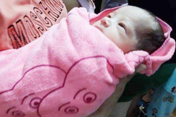 Hoảng hồn phát hiện bé sơ sinh còn nguyên dây rốn trong túi nylon treo trên xe máy