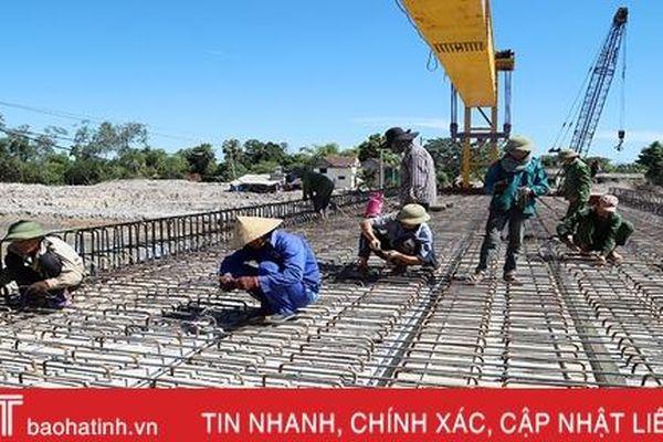 'Vượt nắng' trên công trường dự án tưới tiêu Bắc Thạch Hà