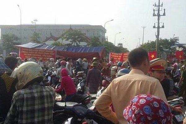 Hàng trăm người dân căng băng rôn phản đối doanh nghiệp xả thải trực tiếp