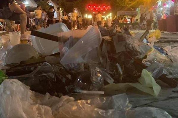 Dân mạng ngán ngẩm với 'núi rác' tại lễ hội văn hóa quốc tế ở Nghệ An